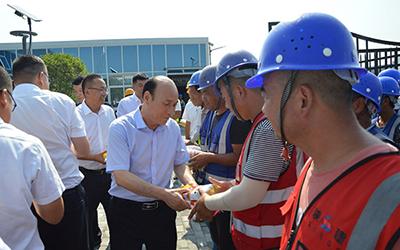 bob足球app官网集团党委常委、董事高建成一行到沣东立交项目慰问一线职工